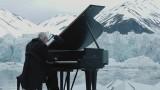 VIDEO: Iespaidīgi! Pianists izpilda skaņdarbu okeāna vidū, kamēr apkārt brūk un gāžas ledāji!