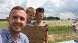 Facebook lietotājus aizkustina divi mazi zēni, kas tirgo pašu lasītus ziedus!