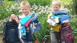 Brāļi, kas šosejas malā tirgoja puķītes, par nopelnīto un ziedoto naudu nopirkuši skolai nepieciešamās lietas!