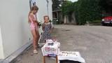 Atbalstām! Šīs pieticīgās meitenītes Talsos tirgo pašu lasītas ogas un ar rokām darinātas rotas!