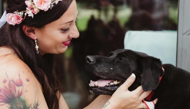 VIDEO: Vecs un slims suņuks nodzīvo tik ilgi, lai būtu klātesošs labākās draudzenes kāzās..