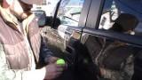 VIDEO: Pavisam vienkārši! Kā atvērt automašīnu, ja atslēga palikusi iekšpusē?