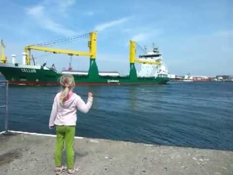 VIDEO: Meite lūdza kuģim pasignalizēt, taču nezināja, ka tā dēļ viņai nāksies bēgt..