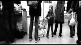 VIDEO: Zēns kaitinoši stūma veikala ratiņus priekšā esošā cilvēka kājās. Viņa reakcija – šokējoša!