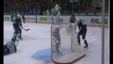 VIDEO: Iespējams, pasaules labākais hokeja kuriozs jeb vārtsargam dikti slāpst..