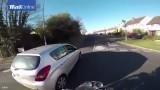 VIDEO: Ja uz auto jumta aizmirsi maku un telefonu, labāk esi laipns pret citiem..