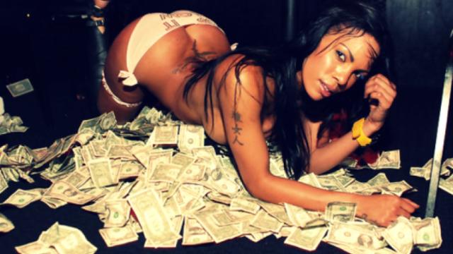 Bankas kļūdas dēļ vīrietis tiek pie miljona, ko uzreiz notriec uz striptīzdejotājām, kokaīnu un mašīnām!
