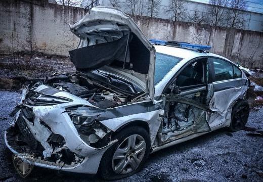 FOTO: Kravas automašīna policijas auto pārvērš metāllūžņos – cietuši divi policisti!