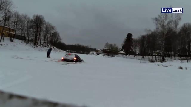 VIDEO: Kāpēc ziemā ar auto nevajag braukt pa ledu jeb īsa pamācība, kā noslīcināt Land Cruiser…