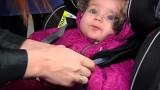 VIDEO: Neriskē ar bērna dzīvību! Pirms piesprādzē bērnu autokrēslā, novelc viņam biezo jaku!