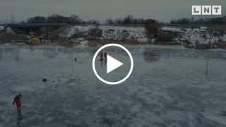 Bojāgājušie akvalangisti, visticamāk, pēdējās dzīves minūtēs cenšoties izlauzties cauri ledum.