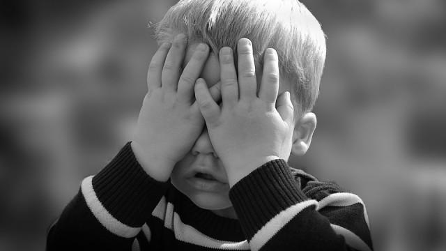 Olainē 5 gadīgs puika no balkona lūdz garāmgājējas palīdzību.. Dzīvoklī nomiris tētis..