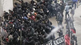 VIDEO: Vašingtonā notikušas sadursmes starp Trampa pretiniekiem un policiju!