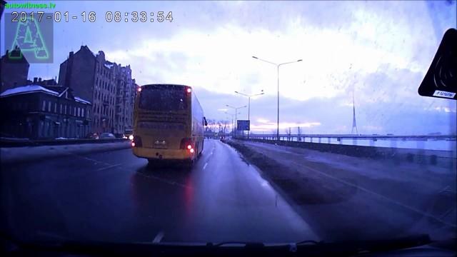 """VIDEO: """"Ecolines"""" pasažieru autobuss ar Krievija numuriem Rīgā taranē vairākus auto!"""