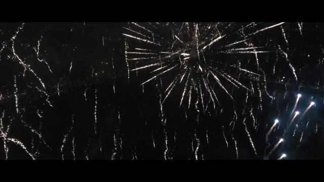 VIDEO: KOLOSĀLI!!! Drons izlido cauri gadumijas salūtam krastmalā!