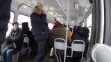 VIDEO: Tik, tik pozitīvi! Tas brīdis, kad Ķengaraga tramvajā kādam uznāk smieklu lēkme!