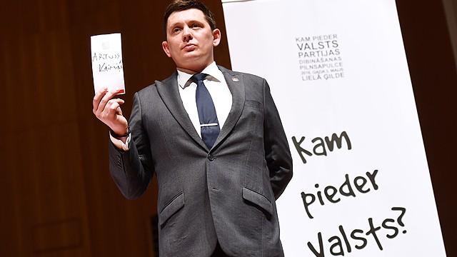 """VIDEO: NOSKATIES! Artusa Kaimiņa veidotās partijas """"KPV LV"""" biedru pilnsapulce!"""