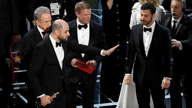 VIDEO: Visiem gadās kļūdīties! Tas brīdis, kad 2017.gada Oskara balvu pasniedz NEPAREIZAJAI filmai…