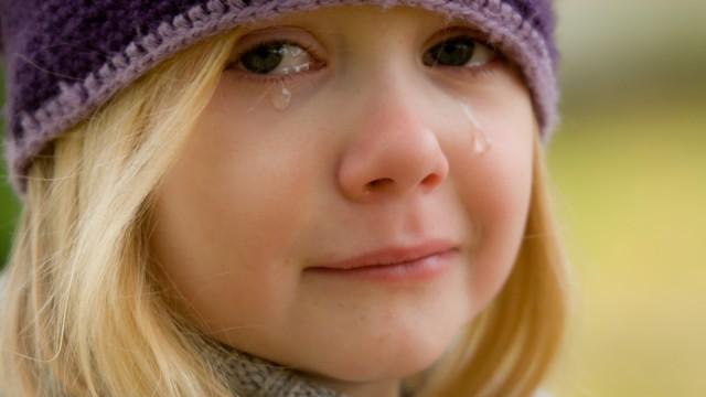 Publiskā vietā mazu bērnu rauj auz auss. Kā rīkoties – ignorēt vai iesaistīties?