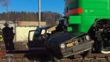 Ķegumā kravas vilcienam saduroties ar vieglo automašīnu, bojā gājuši 2 cilvēki.