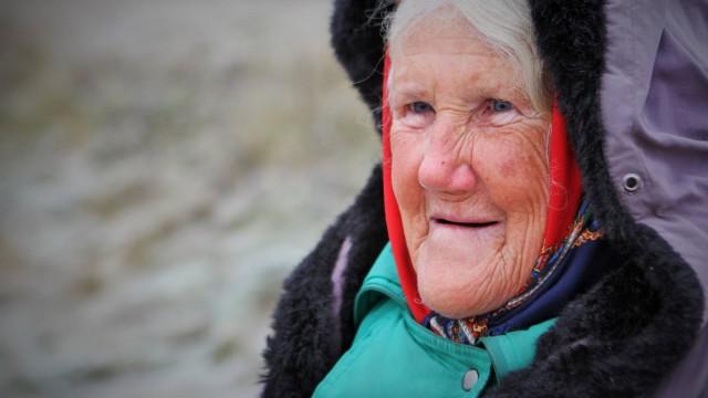 Patiesība par Ārijas kundzi, kas uz Liepājas šosejas tirgo pašadītas vilnas zeķes!