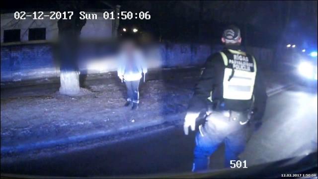 VIDEO: Kā policisti Rīgā, Liepājas ielā savaldīja sievieti ar MILZĪGU virtuves nazi!?