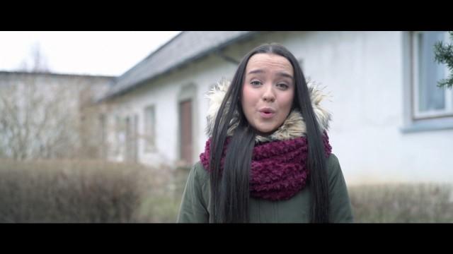 """VIDEO: Pieminot Mārtiņu Freimani, Aizputes jaunieši iedzied """"Pie Dieviņa gari galdi!"""""""