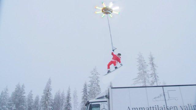 VIDEO: Tas brīdis, kad drons paceļ cilvēku… un ne tikai paceļ, bet arī lidina pāris metrus virs zemes!