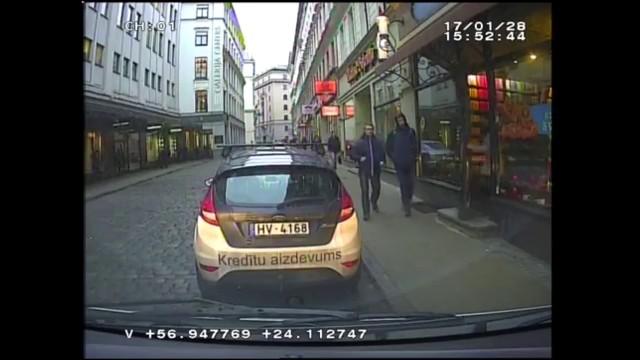 VIDEO: Vecrīgā divi PĀRDZĒRUŠIES briti mēģina nozagt auto ar zīdaini un vēlāk bēg no policijas!
