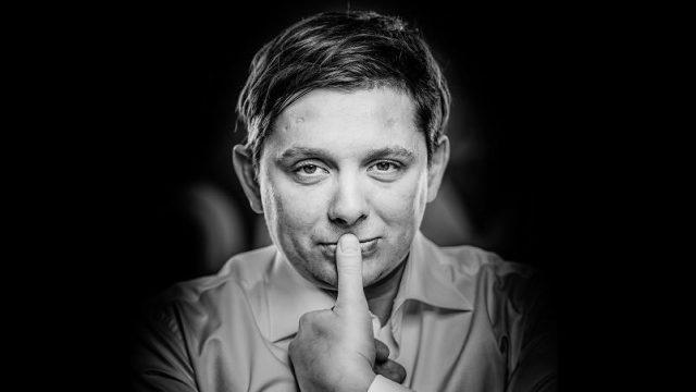 Šokējoši kadri! Deputāts Artuss Kaimiņš sevi un savu draudzeni filmē… pilnīgi KAILUS!