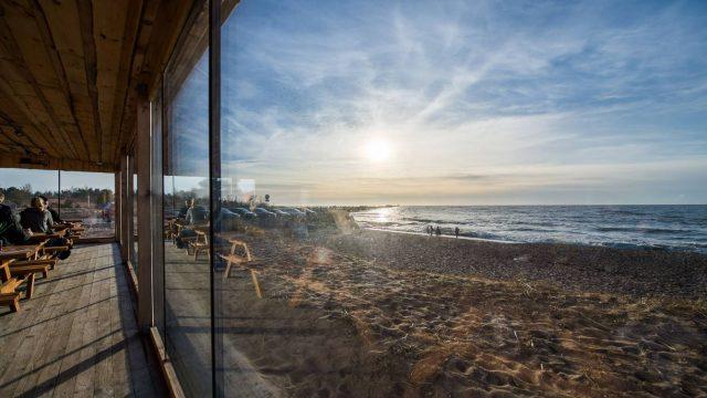 FOTO: Šī vieta NOTEIKTI ir jāapciemo! Liepājā atvērta jauna kafejnīca ar FANTASTISKU skatu!