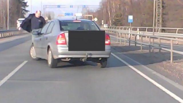 """Aculiecinieka VIDEO: Šoferu cīņas pie lidostas """"Rīga""""! Piebrauc priekšā, nobloķē, izlec ārā, uzbrūk!"""