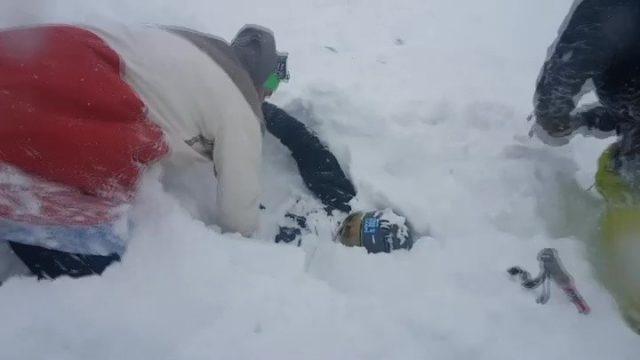 VIDEO: Latvietis Kristaps ar draugiem slēpojot Austrijā IZGLĀBJ lavīnā apraktu slēpotāju!