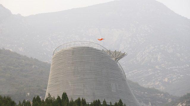 FOTO: Kolosāli! Latvijas arhitekti uzbūvējuši vēja tuneļa amfiteātri lidojošajiem mūkiem Ķīnā!