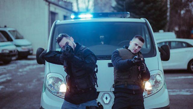 """VIDEO: PIRMATSKAŅOJUMS! OLAS ar dziedošo policistu Nikolaju Puzikovu piedāvā dziesmu """"Policists""""!"""