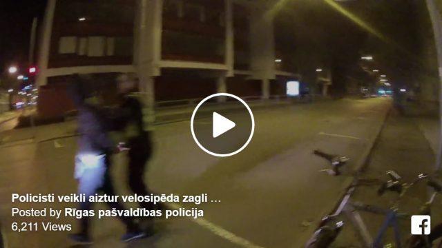 """VIDEO: Labi nostrādāts! Policists Barona ielā pielavās riteņu zaglim un """"noliek gar zemi""""!"""