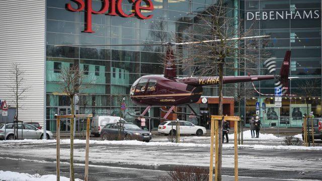 """Iespaidīgi! Kāpēc šodien pie """"Spices"""" stāvlaukumā pēkšņi nolaidās helikopters pilns ar…."""
