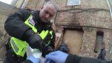 VIDEO: Policija aiztur divus meklēšanā izsludinātus vīriešus un kādu jaunu meiteni ar šļircēm rokās!