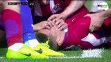 VIDEO: Slavens Spānijas futbolists spēles laikā gūst smagu traumu. Komandas biedri glābj viņa dzīvību!