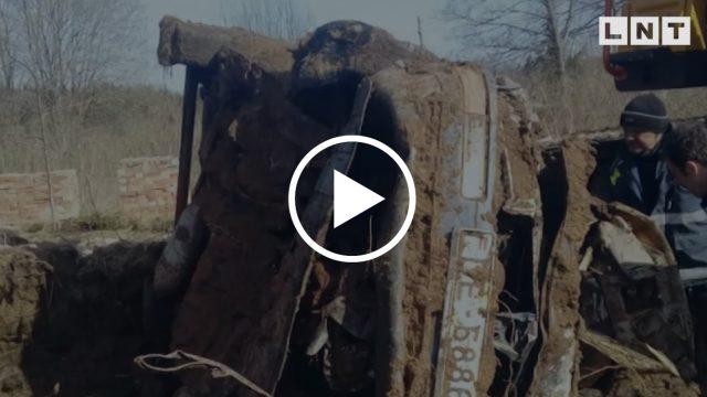 VIDEO: Aizputē atrod pirms 17 (!) gadiem pazuduša vīrieša līķi apraktu savā auto zem šķūņa!