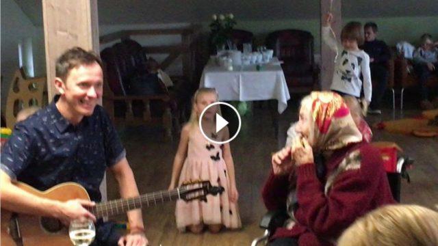 VIDEO: SIRSNĪGI! Renārs Kaupers līdz sirds dziļumiem iepriecina kādu sirmgalvi!