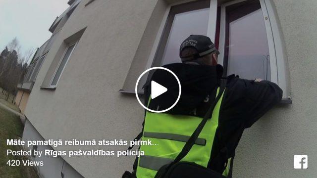 VIDEO: Policisti ierāpjas dzīvoklī pa logu, jo 5 gadīgas meitenes māte pārdzērusies guļ un nekustās…