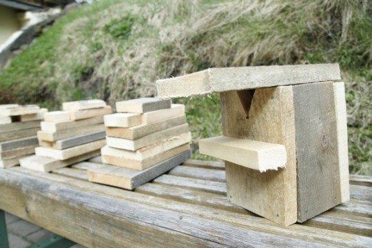 """Taisot putnu būrīšus no ēvelētiem dēļiem, tiek izgatavoti """"zārciņi""""!"""