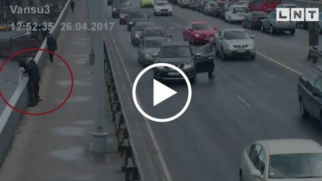 VIDEO: Šokējoši kadri! Sieviete mēģina izdarīt pašnāvību, nolecot no Vanšu tilta!