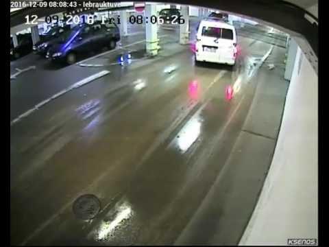 VIDEO: Policijas busiņš Liepājā taranē lielveikalu RIMI!