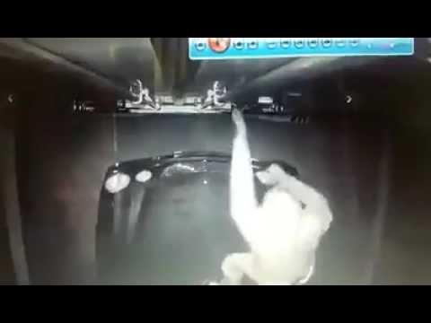 VIDEO: Zagļi mēģina iekļūt braucošā fūrē… taču smagā šoferis tos pamatīgi pārmāca!