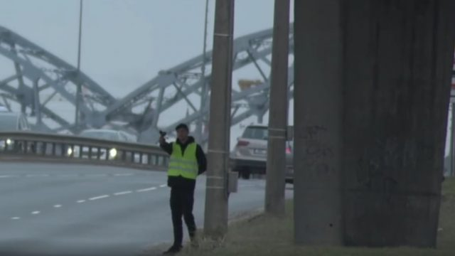 VIDEO: Rīgā darbojas viltus policists – jaunietis ar zaļu vesti un fēnu rokās! Kā viņam veicās?