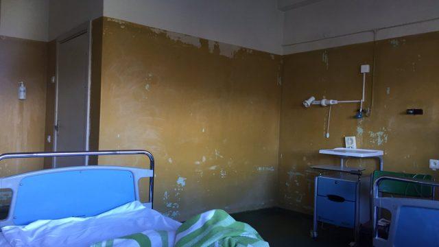 FOTO: ĀRPRĀTS! Lūk, kādos NECILVĒCĪGOS apstākļos Latvijas slimnīcās jāuzturas cilvēkiem!