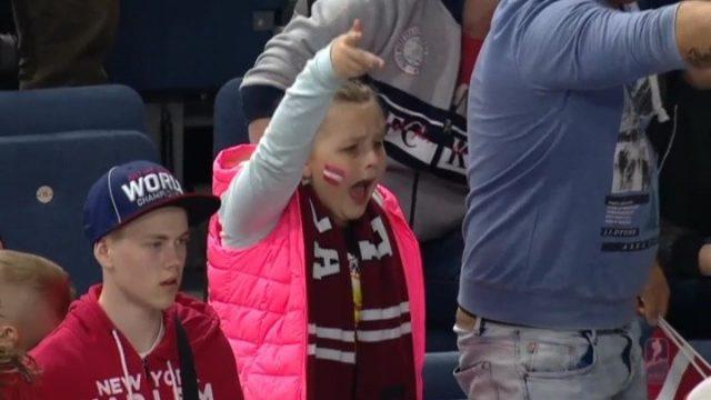 VIDEO: IEPAZĪSTIES – lūk, kaislīgākā Latvijas hokeja izlases fane 9 gadīgā Marta!