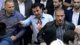 VIDEO: Simtiem demonstrantu ielaužas parlamentā un piekauj Maķedonijas deputātus un deputātes!